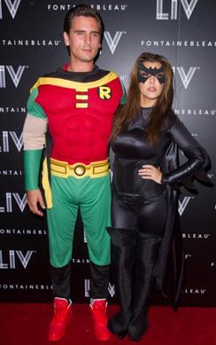 Koutney Kardashian e Scott Disick de Batman e Robin, respectivamente