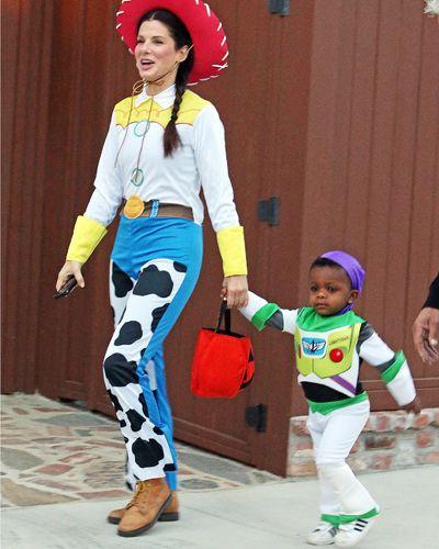 Sandra Bullock e o filho como os personagens de Toy Story