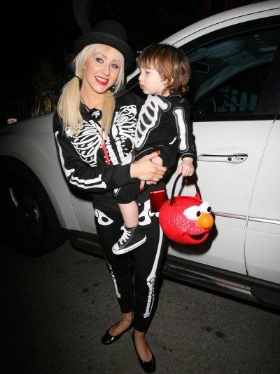 Christina Aguilera e o filho com esqueleto